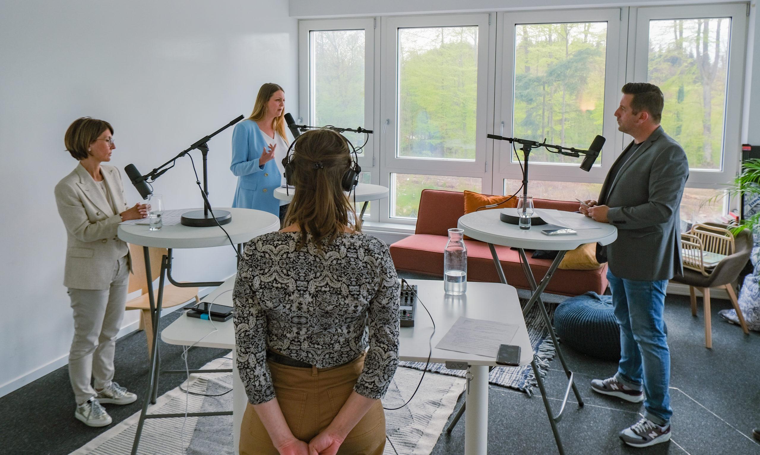 Le modérateur, Stéphane Decorvet, en discussion avec Nadine Gobet et Alexandra Stadler-Buechler